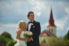 教会夫妇朝向婚礼 免版税库存照片