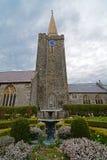 教会尖顶和喷泉 免版税库存照片