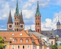 教会尖顶和尖顶在维尔茨堡,德国 库存照片