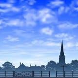 教会尖顶和篱芭 免版税库存照片