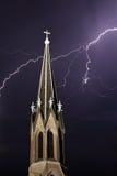 教会尖顶和闪电 免版税库存照片