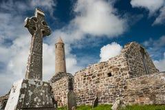 教会废墟和中世纪圆的塔 库存图片