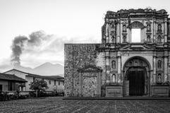 教会废墟和El开火火山在黑白 免版税库存图片