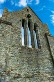 教会废墟的墙壁与窗口的在爱尔兰 库存图片