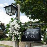 教会开放的教会标志 免版税库存照片