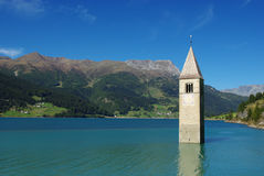 教会意大利湖resia凹下去的塔 图库摄影