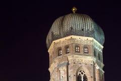 教会慕尼黑晚上葱形状的塔 免版税库存照片