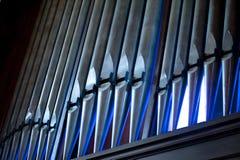 教会有蓝色聚焦的器官管 免版税库存照片