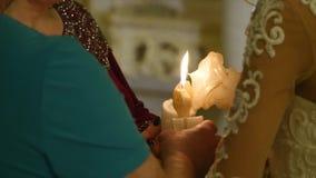 教会正统婚礼 婚礼、新娘和新郎在东正教里 股票录像