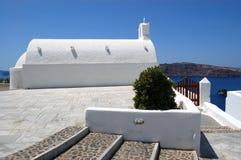 教会海岛santorini视图 免版税图库摄影