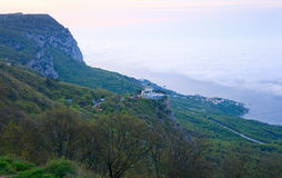 教会海岸线早晨海运春天 库存图片
