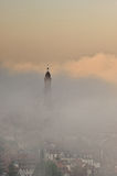 教会涌现雾海得尔堡塔 免版税库存照片