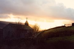 教会的一张惊人的图片被采取在与后边太阳的日落 免版税库存图片