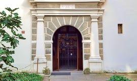 教会的上锁的门拱道有白色专栏的 免版税库存照片