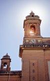 教会的两个塔的底视图有响铃和分类的 库存照片