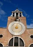 教会的伟大的时钟有金黄针的在威尼斯 库存照片