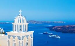 教会的传统圆顶背景破火山口、游轮和海的 库存图片
