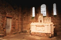 教会的内部的遗骸火毁坏的 免版税图库摄影
