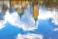 教会的反映在水中 免版税库存照片