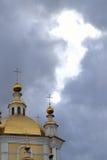 教会的圆顶和在云彩的一扇天窗 免版税库存照片
