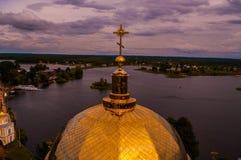 教会的圆顶在背景中 图库摄影