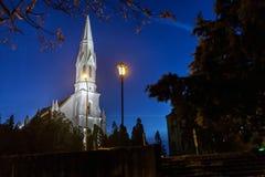教会的夜视图在兹雷尼亚宁,塞尔维亚 库存照片