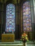 教会的彩色玻璃和法坛 图库摄影
