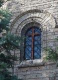 教会的窗口有一个木十字架的 库存图片