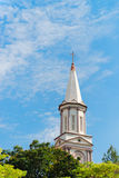教会的高塔塔楼在蓝天下 免版税库存照片