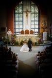 教会称赞夫妇的阁下婚礼 图库摄影