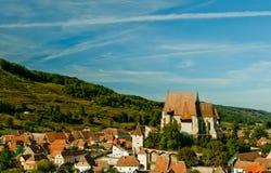 教会筑堡垒于的transylvanian村庄 免版税图库摄影