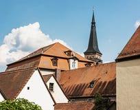 教会红色屋顶和塔在施瓦巴赫市,德国 库存照片