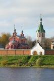教会约翰Chrysostom和老拉多加尼古拉斯修道院的钟楼的看法 Staraya拉多加,鲁斯 免版税库存图片