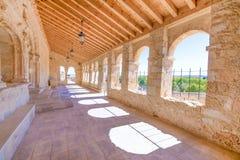 教会维尔京里维罗成为拱廊街道画廊在圣埃斯特万de戈尔马斯 免版税图库摄影