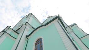 教会绿色墙壁蓝天的在背景 股票录像