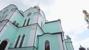 教会绿色墙壁蓝天的在背景 影视素材