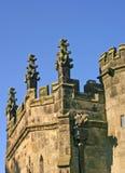 教会老屋顶雕刻了 库存图片