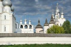 教会葱罗斯托夫克里姆林宫圆屋顶和塔  免版税库存图片