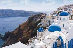 教会蓝色圆顶和钟楼在Oia,圣托里尼,希腊 免版税库存图片