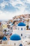教会蓝色圆顶在Oia,圣托里尼,希腊 库存图片