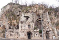 洞教会被找出的里面Gellert小山的门面在布达佩斯 免版税库存照片