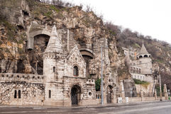 洞教会被找出的里面Gellert小山的门面在布达佩斯 免版税库存图片