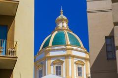 教会被日光照射了圆顶特写镜头在特拉帕尼,西西里岛,意大利durin 免版税库存图片