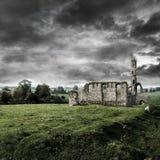 教会被破坏的天空风雨如磐下面 免版税库存照片