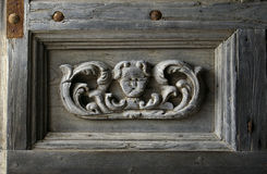 教会被雕刻的片段门 免版税库存图片