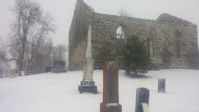 教会被破坏的坟园 库存图片