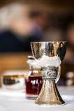 教会许多酒杯 库存图片