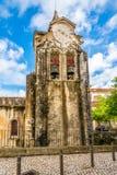 教会钟楼我们的卡尔达斯队的da Rainha,葡萄牙夫人Populace 免版税库存图片