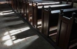 教会长凳在Garnwerd 免版税库存照片