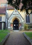 教会门廊入口在布拉克内尔,英国 免版税库存照片
